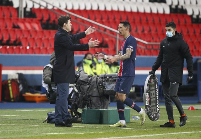 Coach of PSG Mauricio Pochettino salutes Angel Di Maria of PSG during the French championship Ligue 1 football match between Paris Saint-Germain (PSG) and Stade Brestois 29 on January 9, 2021 at Parc des Princes stadium in Paris, France - Photo Jean Catuf