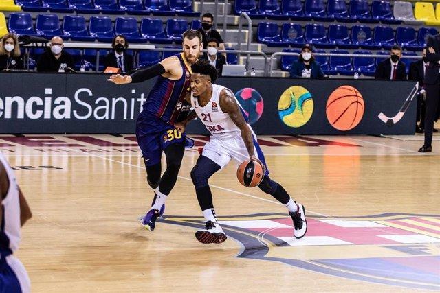 Víctor Claver defiende a Will Clyburn durante el Barça-CSKA de la Euroliga 2020-2021