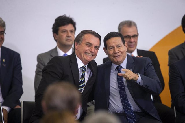 18 July 2019, Brazil, Brasilia: Brazilian President Jair Bolsonaro (2-L) speaks with Vice President Hamilton Mourao (2-R) during a ceremony marking his 200 days in office at the Planalto Palace. Photo: -/GDA via ZUMA Wire/dpa