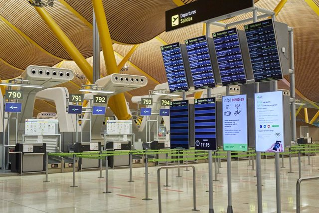 Interior de la terminal T4 del Aeropuerto Adolfo Suárez Madrid-Barajas el mismo día en que se restringen los vuelos procedentes de Brasil y Sudáfrica, en Madrid, (España), a 3 de febrero de 2021. Esta restricción, impuesta por el Gobierno de España desde