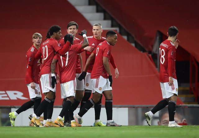 09 February 2021, United Kingdom, Manchester: Manchester United's Scott McTominay (C) celebrates scoring their side's first goal with his team mates during the English FA Cup fifth round soccer match between Manchester United and West Ham United at Old Tr
