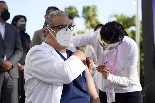 Un sanitario recibe la vacuna contra la COVID-19 en Morelos, México.