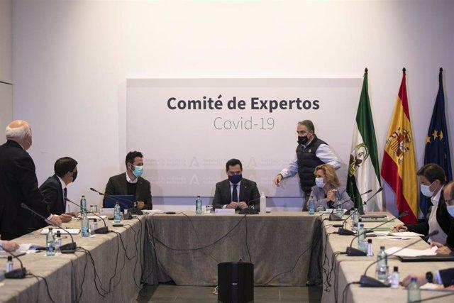 El presidente de la Junta de Andalucía, Juanma Moreno (c), preside una reunión del Consejo Asesor de Alertas de Salud Pública de Alto Impacto (Comité de Expertos). (Foto de archivo).