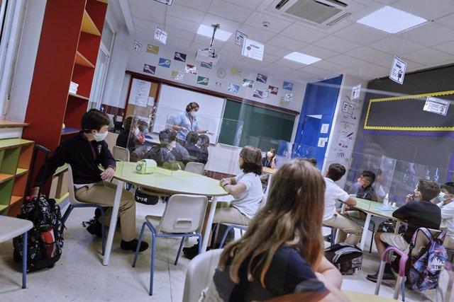 Alumnos en una de las aulas del Colegio Privado Alameda de Osuna en el primer día del curso escolar 2020-2021, en Madrid (España) a 7 de septiembre de 2020. Los colegios públicos comenzarán mañana, 8 de septiembre, las clases de forma escalonada, que en M