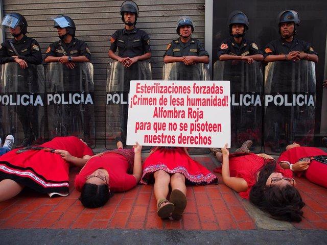 Manifestación por los derechos de las mujeres y contra las esterilizaciones forzadas en Perú.