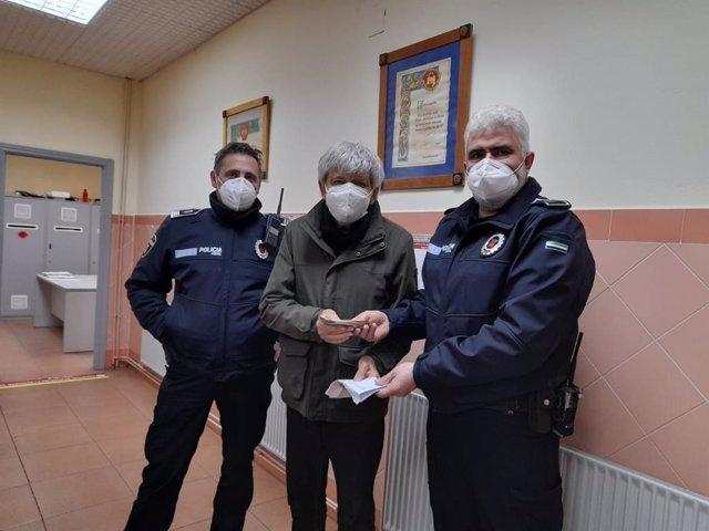 Dos agentes de la Policía Local de Mérida entregan el sobre con el dinero al empresario.