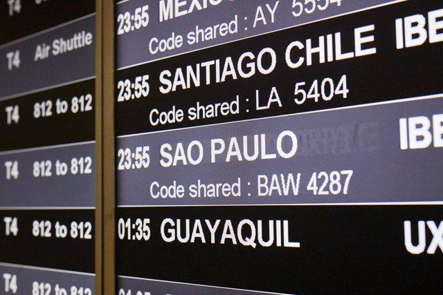 xxx en la terminal T4 del Aeropuerto Adolfo Suárez Madrid-Barajas el mismo día en que se restringen los vuelos procedentes de Brasil y Sudáfrica, en Madrid, (España), a 3 de febrero de 2021. Esta restricción, impuesta por el Gobierno de España desde este