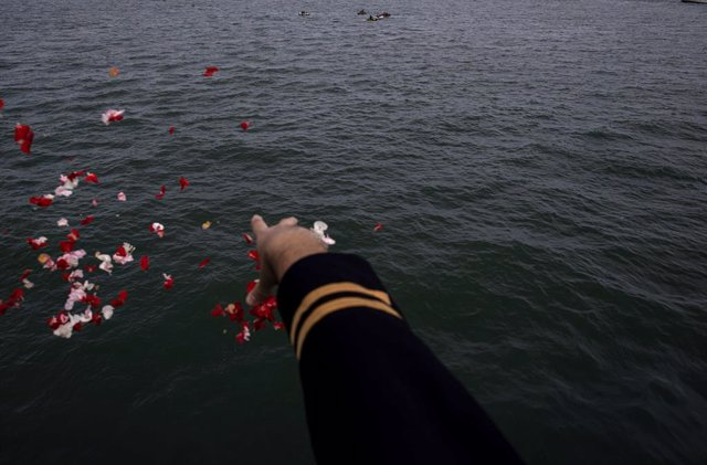 22 January 2021, Indonesia, Jakarta: A relative of the victims of Sriwijaya Air flight SJ182 throws flowers to the Java Sea where the plane crashed. Indonesian Search and Rescue Agency finished the evacuation for all the plane bodies part and bodies remai