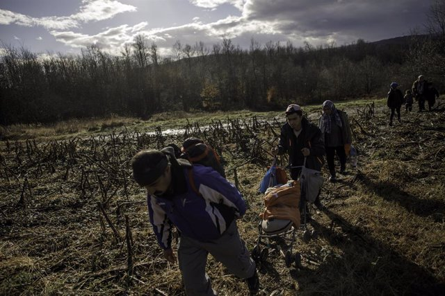 Migrantes afganos se aproximan a la frontera entre Bosnia y Herzegovina y Croacia para intentar entrar en la Unión Europea (UE)