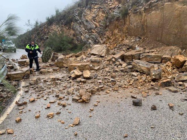 Carretera A-4154, afectada por un alud de tierra y piedras en Algarinejo