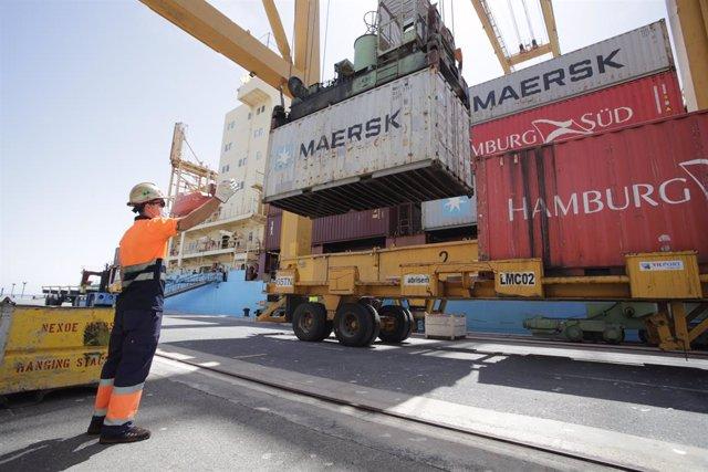 Operaciones de estiba durante la escala técnica  de contenedores Nexo Maersk.