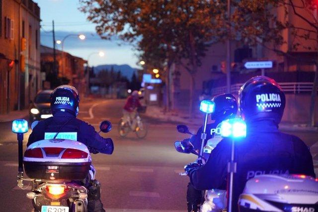 Dos agentes de la Policía Local de Palma.