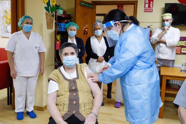 María Bello, la primera mujer vacunada del área sanitaria de Vigo