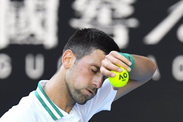 Novak Djokovic gesticula durante un punto del partido ante Francis Tiafoe en su segundo partido ante el Abierto de Australia 2021