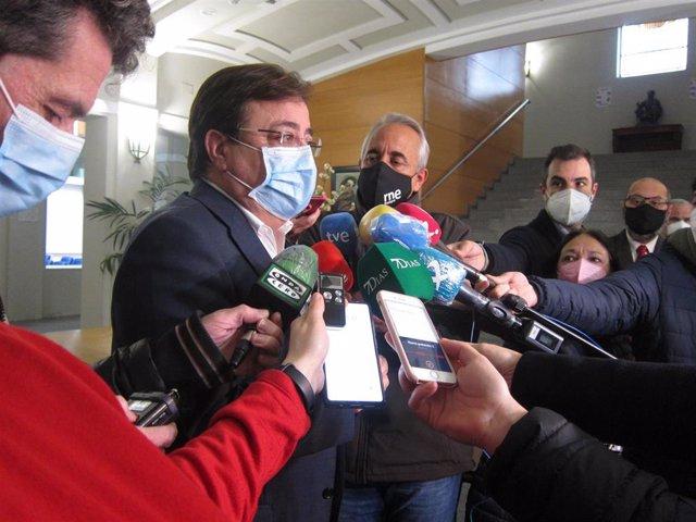 El presidente de la Junta, Guillermo Fernández Vara, atiende a los medios