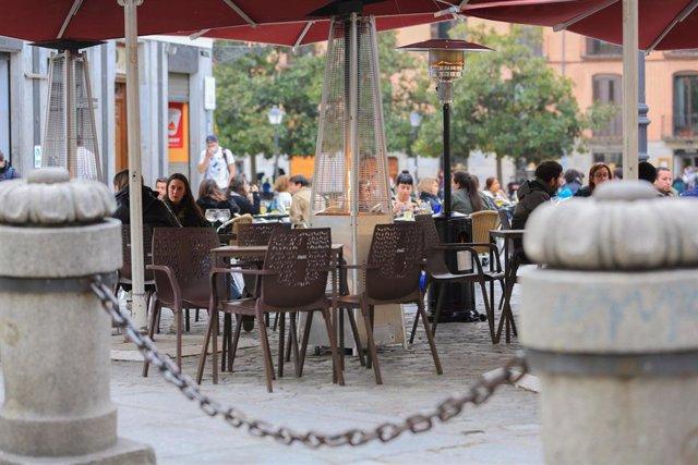 Varias personas en la terraza de un bar