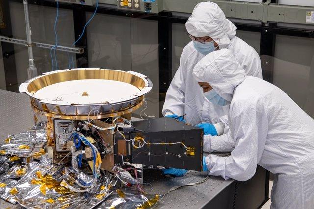 Dos ingenieros trabajan en L'Ralph, el instrumento más complicado que volará en la misión Lucy a los asteroides troyanos de Júpiter.