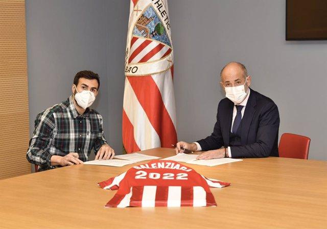 Mikel Balenziaga firma la ampliación de su contrato en presencia del presidente del Athletic Club de Bilbao, Aitor Elizegi.