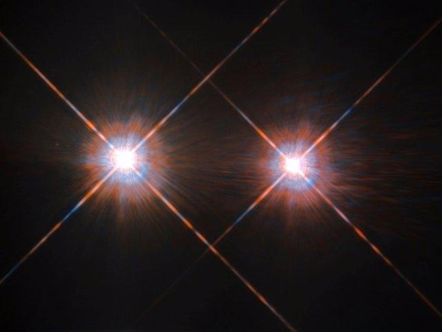 Alpha Centauri A (izquierda) y Alpha Centauri B fotografiadas por el Telescopio Espacial Hubble. Ubicado en la constelación de Centaurus (El Centauro), a una distancia de 4,3 años luz, el par de estrellas orbita un centro de gravedad común cada 80 años