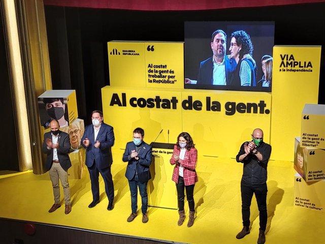 L'alcalde de Manresa, Marc Alcoi, el líder d'ERC, Oriol Junqueras, el candidat a la Presidència, Pere Aragonès, la número dos, Laura Vilagrà, i l'exconseller Raül Romeva en un míting de campanya a Manresa (Barcelona).