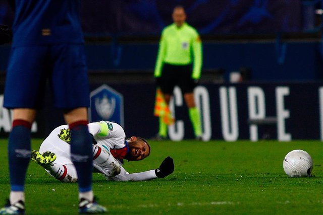 10 February 2021, France, Caen: Paris Saint-Germain's Neymar lies on the ground injured during the Coupe de France round of 64 soccer match between Stade Malherbe Caen and Paris Saint-Germain at Michel d'Ornano Stadium. Photo: Sameer Al-Doumy/AFP/dpa