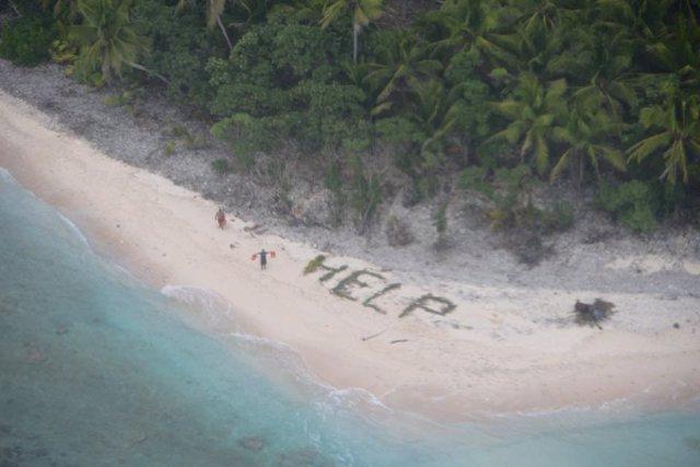 Ayuda escrito en una isla del Pacífico.