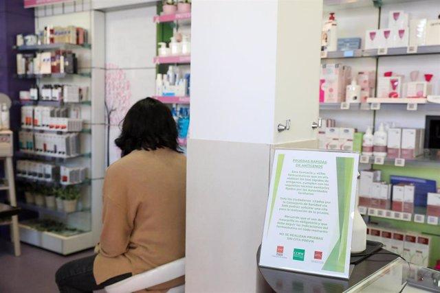 Una mujer espera para realizarse un test de antígenos en la farmacia Las Gemelas, Madrid, (España), a 5 de febrero de 2021. Estos test están ya permitidos en las farmacias de la región donde los ciudadanos que hayan recibido un SMS de Salud Pública puede