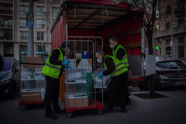 Camió amb urnes i paperetes al Mercat del Ninot de cara a les eleccions del 14 de febrer