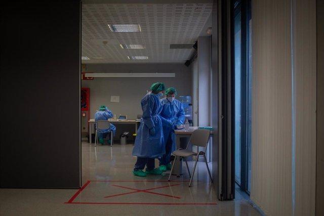 Varios sanitarios en un dispositivo de cribados masivos.