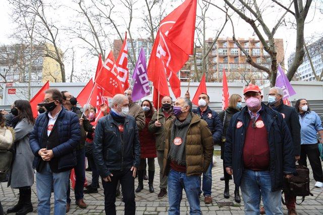 Un grupo de personas participa en la concentración convocada frente al Ministerio de Asuntos Económicos y Transformación Digital.