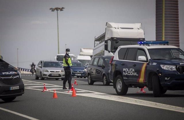 Agentes de la policía nacional regulan el tráfico en un control en carreteras de la salida de Sevilla a Huelva durante una Semana Santa con el estado de alarma decretado por el Gobierno para la lucha contra el coronavirus. En Sevilla a 08 de abril de 2020