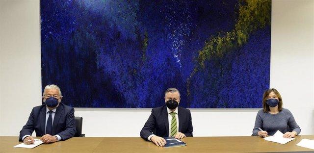 Acuerdo de colaboración entre el presidente de la Fundación Bancaja, Rafael Alcón; el director corporativo de la Territorial de Bankia en Valencia y Castellón, Jaime Casas; y la coordinadora de Relaciones Externas, Isabel Rubio