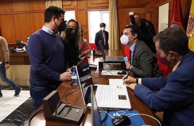 José María Bellido conversa con Pedro García e Isabel Albás, en presencia del secretario del Pleno, Valeriano Lavela.