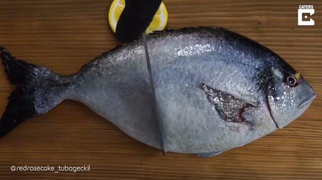 El corte de este pescado aparentemente fresco esconde una dulce sorpresa