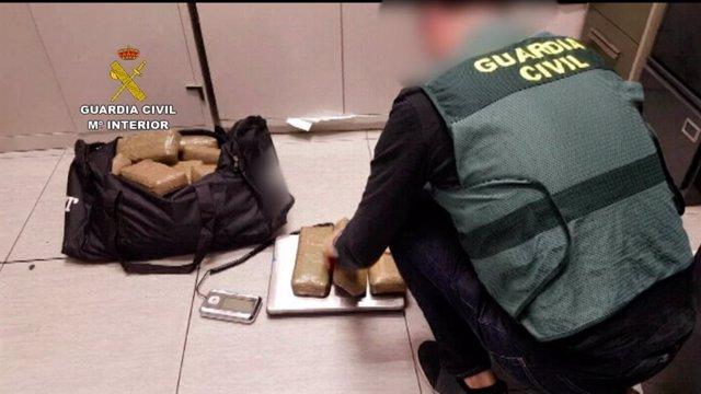 Intercepten un vehicle que transportava 71 quilos d'haixix a Cambrils (Barcelona)