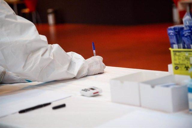 Un profesional sanitario trabaja en un cribado masivo de test de antígenos en el palacio congresos de Badajoz.