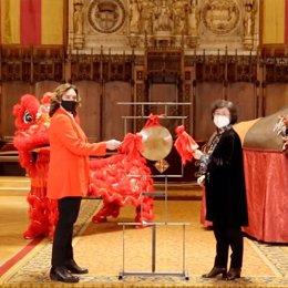 L'alcaldessa de Barcelona, Ada Colau, i la cònsol general de la República Popular de la Xina a Barcelona, Lin Nan, donen la benvinguda a l'any nou Xinès.