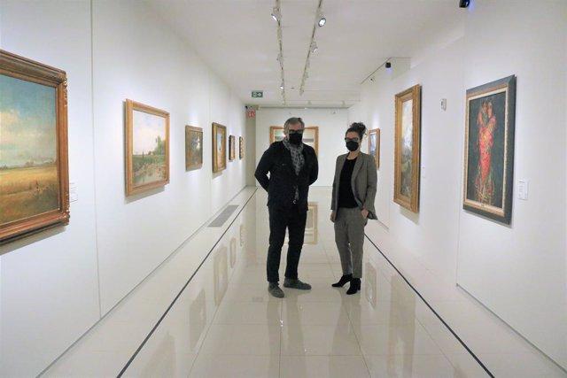 Guillermo Cervera i Isabel Rodríguez, comissaris de l'exposició 'Talents amb denominació d'origen' en el Museu Carmen Thyssen, en Escaldis-Engordany (Andorra)