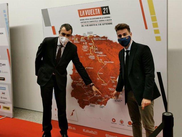 El director general de Deportes, Francisco Sánchez, junto al director de la 'Vuelta Ciclista a España', Javier Guillén, durante la presentación de la 76 edición de la prueba que ha tenido lugar en Burgos.