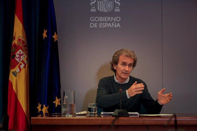 El director del Centro de Coordinación de Alertas y Emergencias Sanitarias (CCAES), Fernando Simón durante una rueda de prensa convocada ante los medios de comunicación en el Ministerio de Sanidad para informar sobre la evolución del coronavirus, en Madri