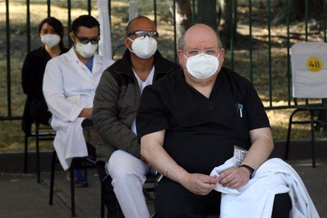 Un grupo de personas espera para vacunarse en México en medio de la pandemia de coronavirus