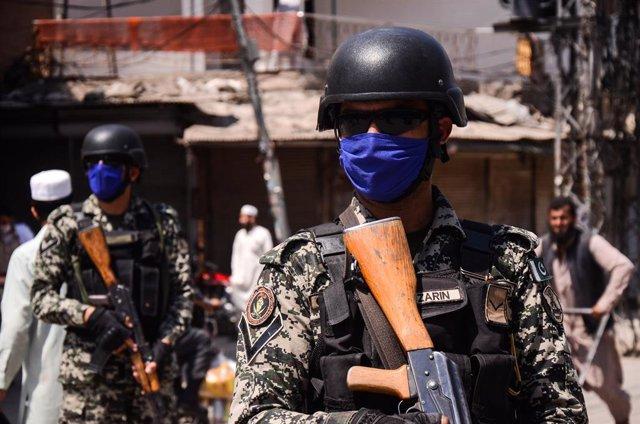 Dos soldados paquistaníes con mascarilla