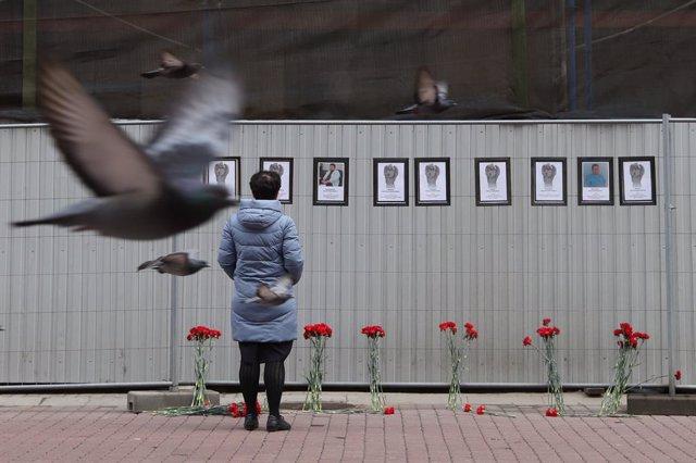 Una mujer rinde tributo a los trabajadores sanitarios muertos por coronavirus en Rusia