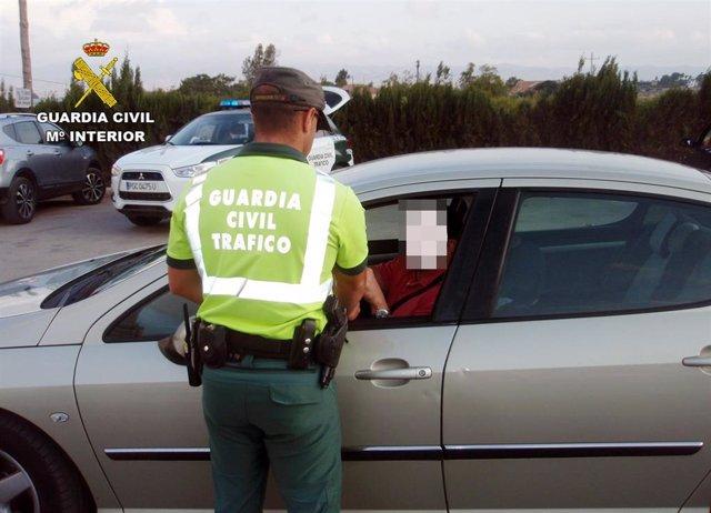 La Guardia Civil Investiga A Un Conductor Por Delito De Falsedad Documental De La Pegatina De La Itv