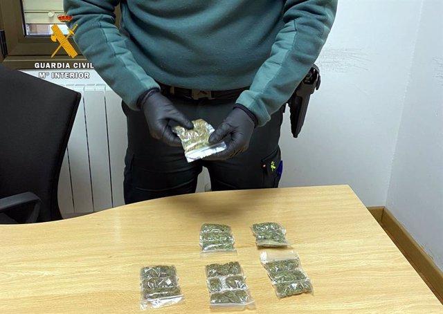 Rdo. Nota De Prensa Guardia Civil (Detenido En Castro Urdiales Un Joven Que Huía Con Marihuana Preparada Para Su Venta)