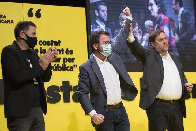 (I-D) El líder de EH Bildu, Arnaldo Otegi, el vicepresidente de la Generalitat y candidato de ERC a las elecciones catalanas, Pere Aragonès y el líder de ERC, Oriol Junqueras durante un acto central de campaña electoral en Girona.