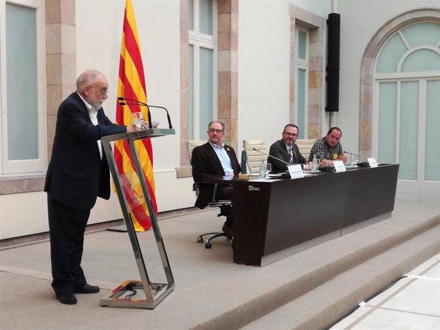 Arcadi Oliveres recibe el premio ICIP Constructors de Pau 2017 en el Parlament