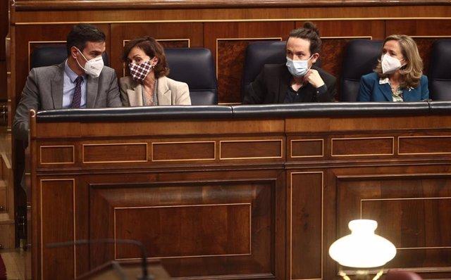 (I-D) El presidente del Gobierno, Pedro Sánchez; la vicepresidenta primera, Carmen Calvo; el vicepresidente segundo, Pablo Iglesias, y la vicepresidenta tercera, Nadia Calviño, durante una sesión plenaria en la Cámara Baja