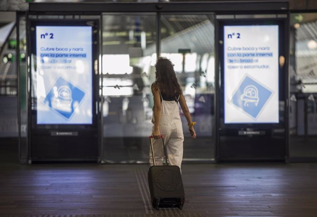 Una mujer con equipaje en la estación de tren de Santa Justa de Sevilla