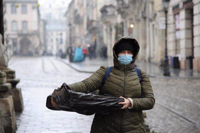 Una mujer con mascarilla en Leópolis, Ucrania